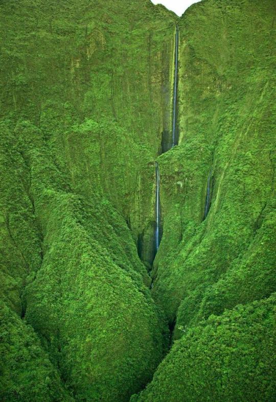 n Hanokohau Falls Hawaii