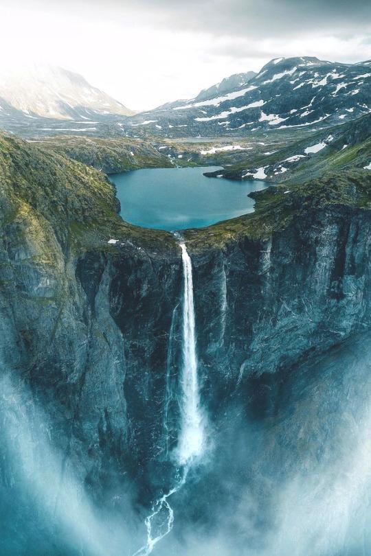 n Mardalsfossen, Norway